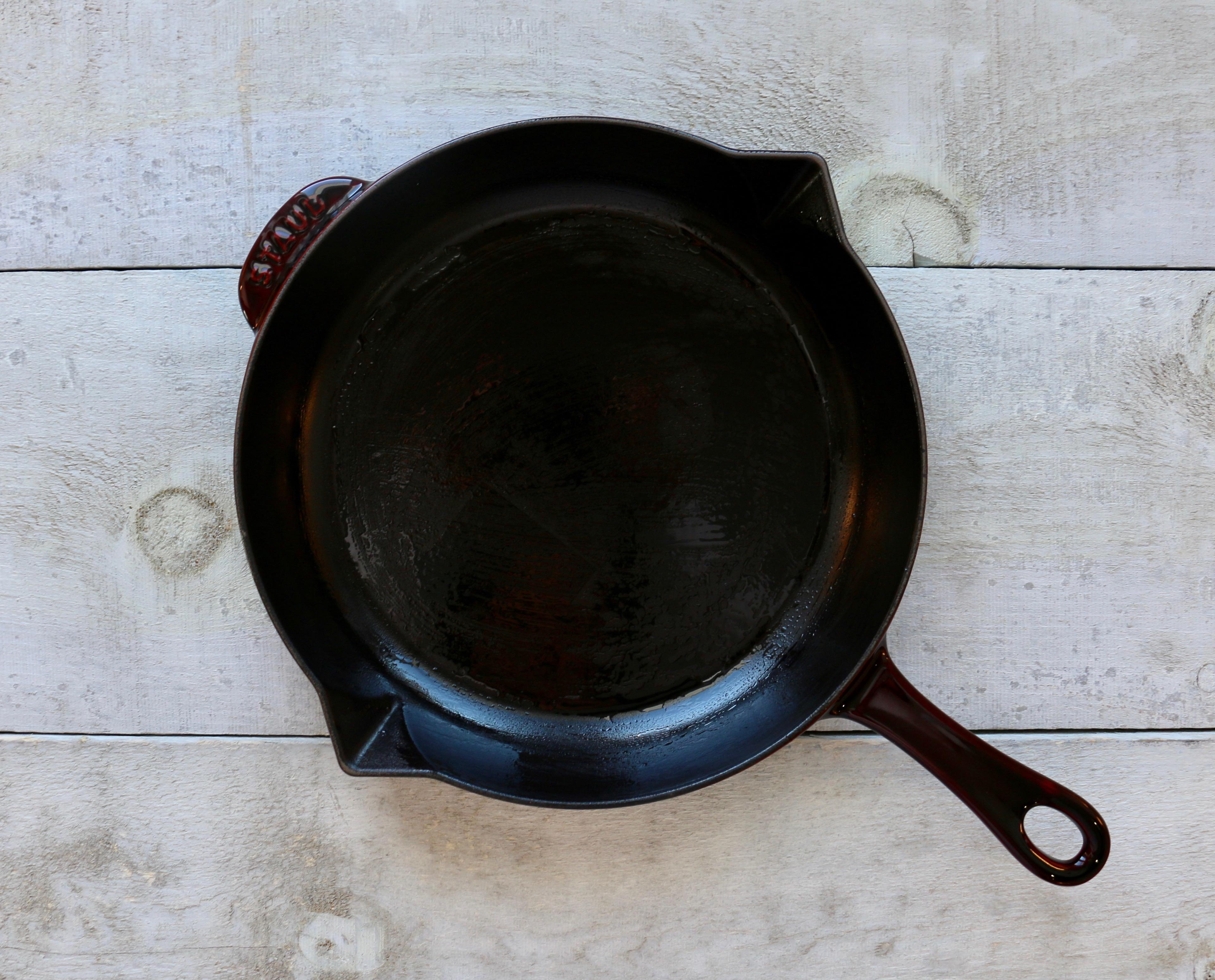 Biscuit au chocolat noir et pacanes dans une poêle en fonte